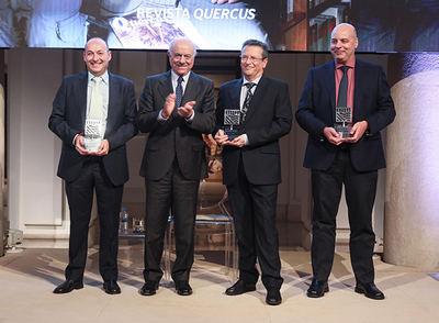 La redacción de Quercus tras recibir el Premio de la Fundación BBVA de manos del presidente de la entidad bancaria. De izquierda a derecha: Miguel Miralles, Francisco González, Rafael Serra y José Antonio Montero (foto: Fundación BBVA).