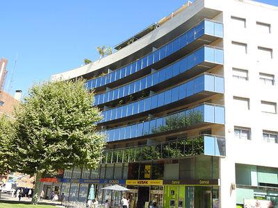 El edificio con fachada acristalada que ha sido motivo de estudio en la ciudad de Tarragona (foto: Raül Aymí).