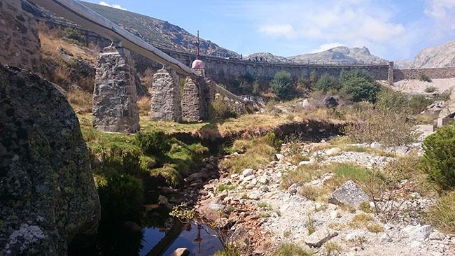 Las grandes infraestructuras hidráulicas son una de las grandes amenazas para el hábitat del desmán ibérico. En la fotografía, presa hidroeléctrica en el suroeste de la provincia de Ávila, enclavada en una zona con presencia de desmán ibérico (foto: Biosfera Consultoría Medioambiental S. L.).