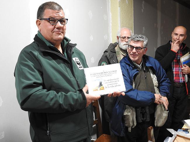 Jesús Hernando muestra la placa que recibió durante su homenaje por su trayectoria conservacionista en el Refugio de Rapaces de Montejo (foto: Elías Gomis).