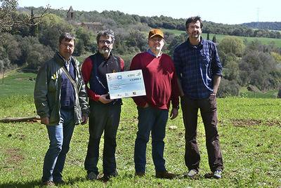 Entrega simbólica de uno de los cheques resultantes de la edición de 2017 del delta birding festival, destinado al seguimiento científico de la tórtola europea (foto: DBF).