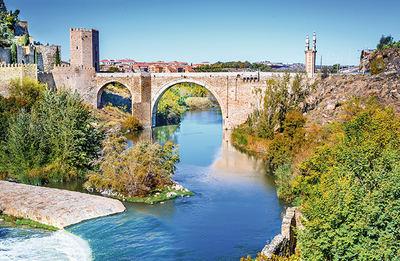 El río Tajo a su paso por la ciudad de Toledo, la altura del puente de Alcántara (foto: cge2010 / Shutterstock).