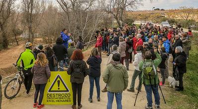 Reciente concentración en protesta por las obras en el río Henares a su paso por Guadalajara (foto: Fernando Santander).