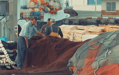 Varios pescadores pliegan sus redes en el puerto de Motril (Granada), uno de los puntos del Mediterráneo español donde está trabajando el proyecto Medfish.