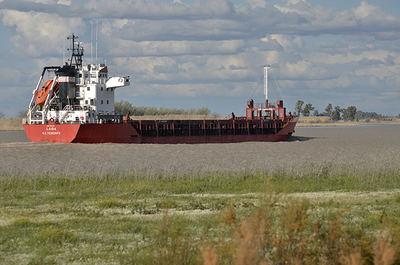 Una embarcación remonta el estuario del Guadalquivir (foto: Jorge Sierra / WWF España).