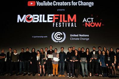 Foto de grupo de los premiados en el Mobile Film Festival durante la reciente gala celebrada en París.