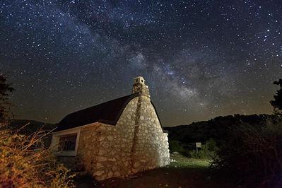 Cielo nocturno de verano en el refugio de Rambla Seca, en el término municipal de Santiago-Pontones (Jaén).