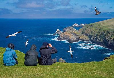 Observadores de aves en las islas Shetland (Escocia, Reino Unido). Foto: Philippe Clement / Shutterstock.