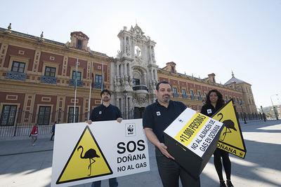 Entrega de firmas a Susana Díaz contra el proyecto de almacén de gas en Doñana, en marzo de 2015, en el Palacio de San Telmo (Sevilla), sede de la presidencia de la Junta de Andalucía (foto: WWF España).