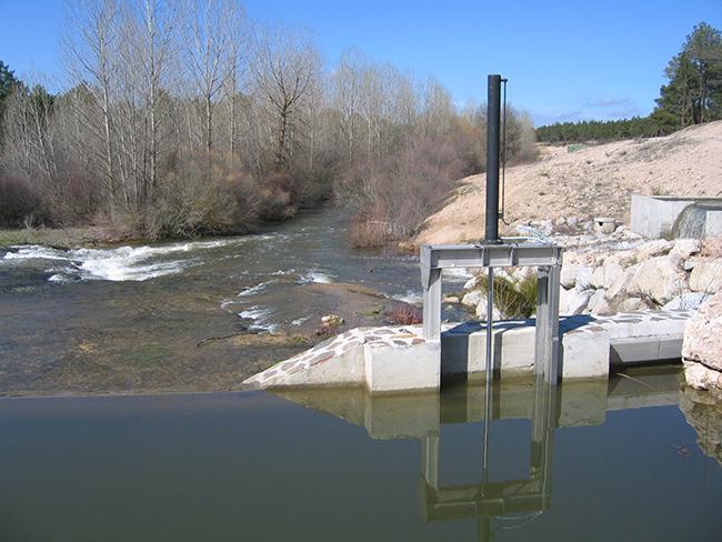 Azud en el río Cega desde donde se deriva el agua con destino a la recarga del acuífero de la comarca segoviana de El Carracillo (foto: Plataforma 'El Cega, el río que nos une').