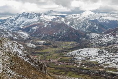 Espectaculares paisajes cantábricos como el de la fotografía, correspondiente al valle de Cármenes, en la montaña central de León, se verán amenazados por la avalancha de megaproyectos eólicos previstos en la Cordillera Cantábrica (foto: Jesús Fernández Carro).