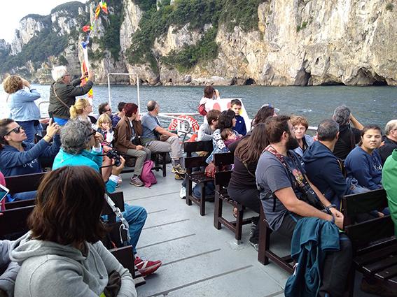 Salida en barco por el litoral cantábrico durante una edición anterior del Festival de la Migración de las Aves.