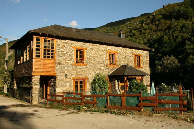 Albergue Vega del Hórreo, en Cangas de Narcea (Asturias), desde donde se llevarán a cabo los voluntariados de este otoño (foto: Ecotur).