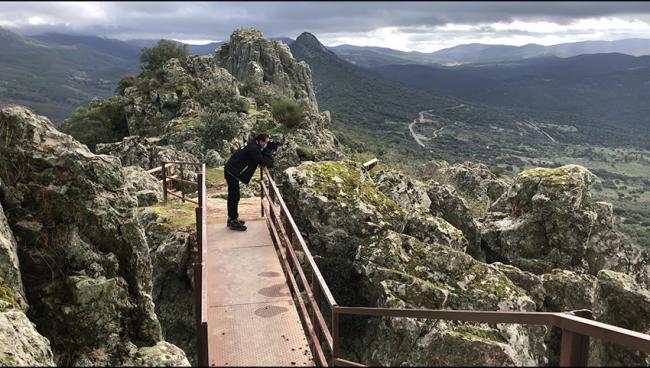 Pepe Guisado, Pajarisiaco, observa aves desde el mirador de Cabañas del Castillo (Cáceres).