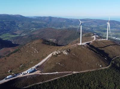 Parque eólico de Capiechamartín, en fase de construcción, en las sierras prelitorales del occidente de Asturias (foto: PDCC).