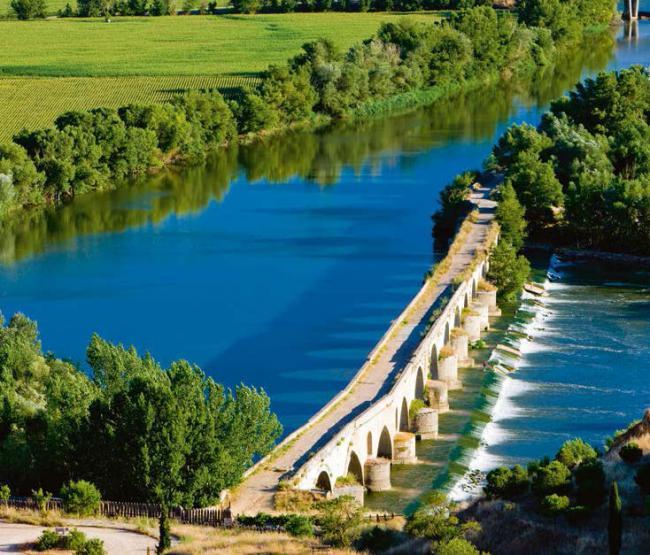 Tramo del Duero y puente sobre el río en las cercanías de Toro (Zamora). Foto: Richard Semik / Shutterstock.