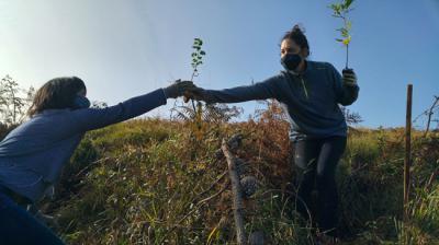Dos voluntarias durante una plantación realizada el pasado octubre en el paraje de Undabaso (Vizcaya). Foto: Fundación Lurgaia Fundazioa.