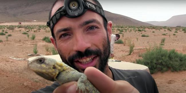 Raúl León Vigara, durante el rescate de un reptil que había quedado atrapado en un aljibe en el norte de África.