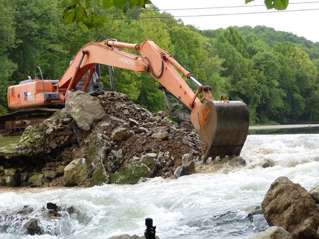 Momento de la demolición de una presa en el río Roaring, en el estado de Tennessee (Estados Unidos). Foto: Paul Kingsbury / The Nature Conservancy.