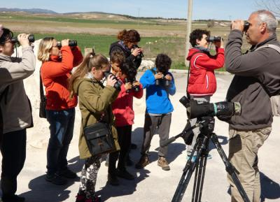 El ornitólogo Manolo Andrés-Moreno guía a varios niños y adultos en un curso de iniciación a las aves de una convocatoria anterior.