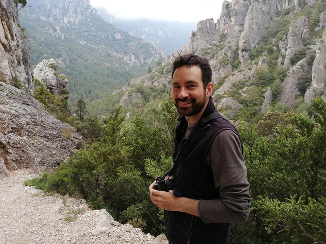 Jordi Palau observando fauna en el barranco de La Vall (Tarragona), un espacio característico del piso montano mediterráneo (foto: Noemí Font).