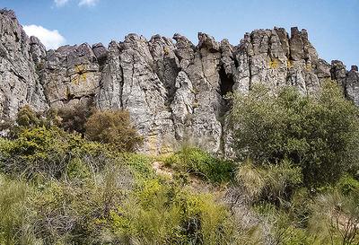 Los crestones de cuarcita armoricana del Geoparque Mundial de la UNESCO Villuercas-Ibores-Jara forman un buen ejemplo de la combinación de geodiversidad y biodiversidad (foto: Javier Rico).
