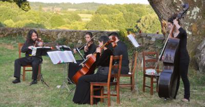Un quinteto de cuerda actúa al aire libre en el festival de música Festiulloa (foto: Sandra Goded).