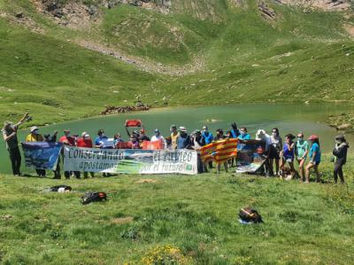 """""""Foto-cumbre"""" de un grupo de montañeros que muestra su apoyo a la campaña """"Castanesa en las Cumbres""""."""