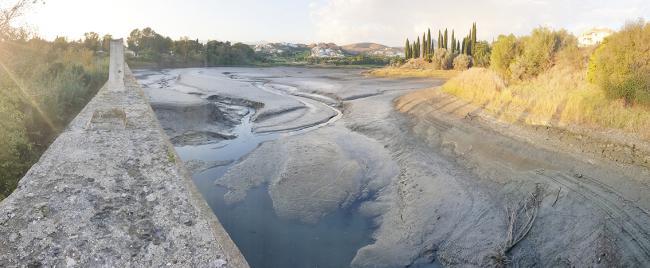 Panorámica del embalse de Cancelada, en la Costa del Sol malagueña, prácticamente seco (foto: Alberto Calvo).