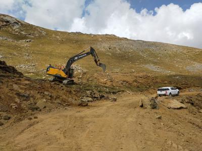 Las máquinas ya están trabajando en hábitats de alta montaña del valle pirenaico de Castanesa sobre los que se prevé ampliar la estación de esquí de Cerler (foto: PDMA).