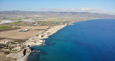 Panorámica de la Marina de Cope desde Cabo Cope (Murcia), con los terrenos que iban a ser urbanizados (foto: V. García / Anse).
