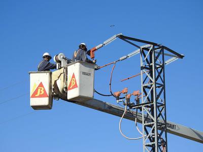 Dos operarios aíslan un apoyo eléctrico para evitar muertes de aves. (foto: AQUILA a-LIFE).