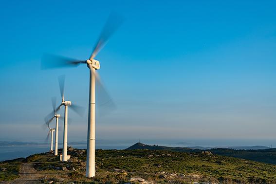 Fila de aerogeneradores en un parque eólico construido en Galicia (foto: Andrés Álvarez / 123RF).