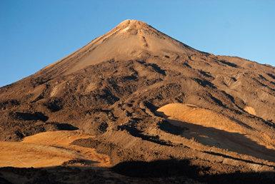 Las coladas que parten radialmente del cono del Teide proceden de la erupción denominada Lavas Negras (foto: Manuel Arechavaleta).