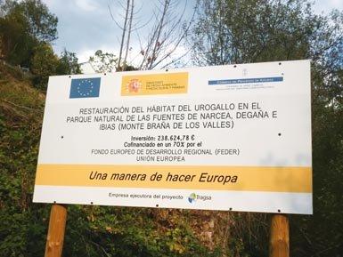 Cartel en uno de los principales refugios del urogallo cantábrico, el Parque Natural de las Fuentes del Narcea (Asturias), en el que se anuncia las medidas en el hábitat de la especie discutidas en este artículo (foto: Damián Ramos).